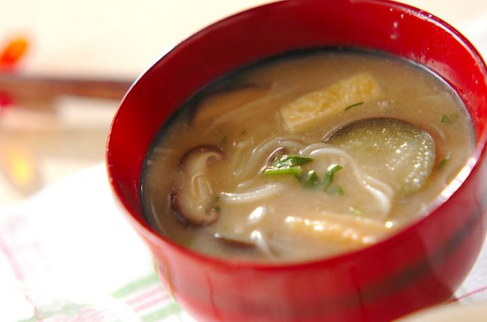 味噌汁の場合は、そのまま素麺を入れてもOK◎ なすと油揚げもよく合うので具材におすすめです。
