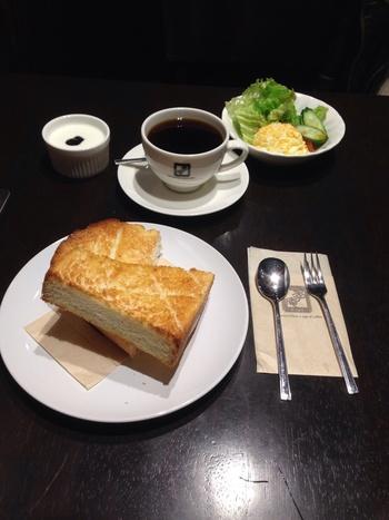 朝は8:00から営業していて、モーニングセットをいただけるのが魅力です。こちらは基本のトーストセットですが、小山パンに変更したりもできるそう。お店自慢のコーヒーが、カップにたっぷり入っているのも嬉しいポイントです。