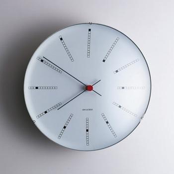 1971年、建築家アルネ・ヤコブセンの最高傑作と称される『デンマーク国立銀行』を設計した際にデザインされた時計。永遠の名作と語り継がれるバンカーズクロックは、インデックスの優雅なスパイラルが絶え間ない時の流れを表しています。