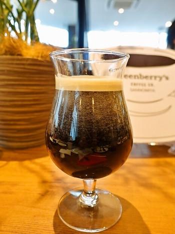 コーヒー好きさんに1度味わっていただきたいのは、水出しコーヒーに窒素ガスを充填した「ニトロコーヒー」。見た目は黒ビールのようですが、舌触りはクリーミーです。こちらのお店ではコーヒーのほかにも、サンドイッチやブリトーなどの軽食も楽しめますよ。