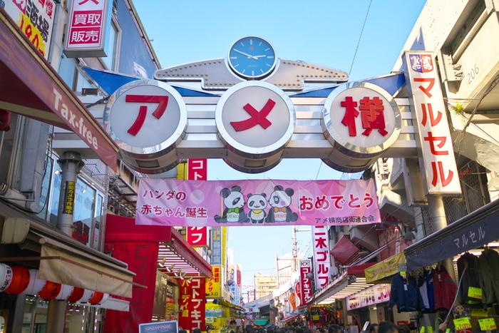 アメ横は、「アメヤ横丁」「アメ横商店街」などとも呼ばれ、戦後まもない頃から続いている歴史のある商店街。JR上野駅から御徒町駅までの約500メートルを中心に、約400店のお店が立ち並んでいます。お正月用品を買い求める賑わいは、年末の風物詩ですね。