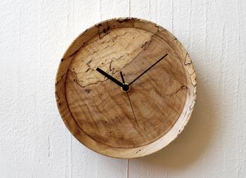 虫喰い材という木材を使って作った壁掛け時計「RetRe」。 美しい木ではなく、あえて味わい深い虫食い材を使うことで、ぬくもり感と個性あふれる表情を放ちます。