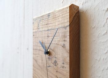 素材そのものは、優秀な富山県産のナラ。そんな虫喰いのナラが、なんとも味のある時計として、インテリアを素敵に演出してくれます。ひとつひとつ表情が違い、同じものはひとつとして無いというのも、この時計の魅力のひとつ。