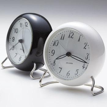 こちらは、アルネ・ヤコブセンの歴史的名作の復刻版「STATION」。デンマークの駅で使用されていた時計が、70年以上の時を経て忠実に再現され、テーブルクロックへと姿を変えました。