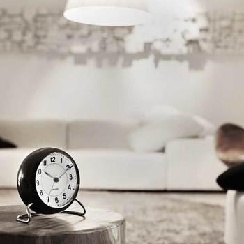 「STATION」は、スタンダードなフォントを使用し、ドイツの技術規格に基づき制作されました。 モダンな雰囲気を放つ時計は、デスクやチェストの上に置けば、どのインテリアとも自然と調和し、落ち着いた雰囲気を作り出してくれます。また、この時計の嬉しいポイントは、当時のデザインはそのままに、LEDライト、ムーブメントセンサー、スヌーズ機能が新たに搭載され、現代仕様にアップデートされているところ。歴史を感じさせてくれる「STATION」で、さりげないセンスをプラスしてみませんか!