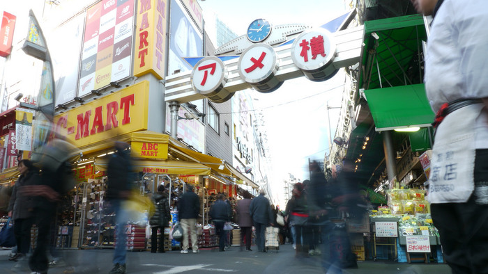 アメ横にあるお店の営業時間はそれぞれ違います。衣料系はだいたい10時頃から19時頃まで、鮮魚を扱うお店は9時頃から19時頃まで、飲食店は朝7時頃から営業しているお店もあります。各店舗の営業時間は、以下のサイトからチェックしてみてくださいね。