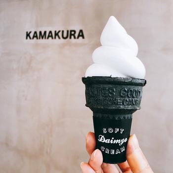 竹墨のブラックコーンにぽっこりとトッピングされたソフトクリームは、クリームの密度が濃くまるで生クリームのような濃厚さ。インスタ映えもさることながら味わいも最高で今後大行列を予感させる新店舗です。