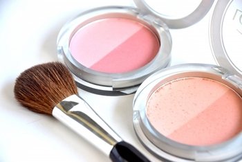 頬をふんわりと染め上げてくれるパウダリーチークも、場合によっては乾燥を招く原因に。