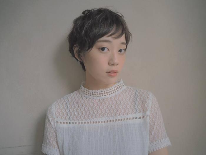 秋に似合う少しくすんだカラーは、日本人の肌色をとっても綺麗に見せてくれます。デザイン生の高いブラウスに合わせて、秋のファッションと共にコーディネートを楽しめるスタイルです。