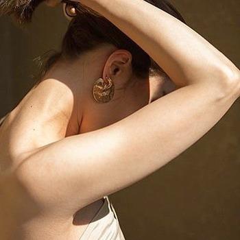 マッサージは、二の腕や太もも、ふくらはぎなどのたるみやむくみが気になる部分のシェイプアップにおすすめです。入浴後はクリームで保湿することも忘れずに。