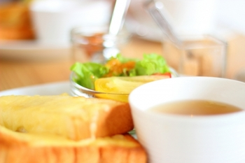 市販されているコンソメスープの素は、このように手間ひまかけて作られている完成されたスープの素なので、お湯に溶かすだけで美味しいスープがいただけます。