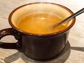 コンソメの素のキューブや顆粒をお湯に溶かすだけでスープになるため、忙しい朝に重宝します。分量の目安は150mlのお湯にキューブだと1/2個、顆粒は小さじ1杯を溶かして、そのままスープとしていただけます。