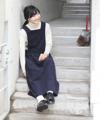 """前あての付いたシンプルなデザインが可愛い""""エプロンワンピース""""。全体的にゆったりした作りになっているので、体型を気にせず、素敵な着こなしができるのも大きな魅力です。"""