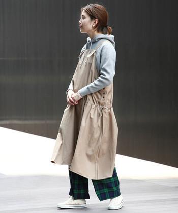 ゆったりデザインのエプロンワンピースは、秋冬の重ね着にぴったりのおすすめアイテムです。一枚あればいろいろな着こなし方ができるので、お気に入りの物を探してみて下さいね!