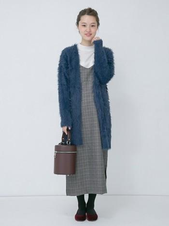 """そして、冬にはふわふわのカーディガンを羽織って""""あったかコーデ""""に♪エプロンワンピは羽織り物との相性がとてもいいので、いろいろな重ね着を試してみましょう。"""