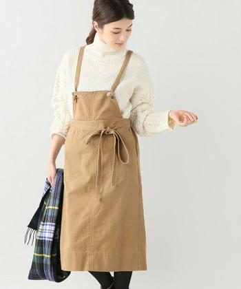 そんなエプロンワンピースを、秋冬ファッションに取り入れてみませんか?内側にカットソーや薄手のセーターを着たり、寒くなってきたら上にジャケットを羽織ったりと、季節に合ったコーデを楽しめますよ。