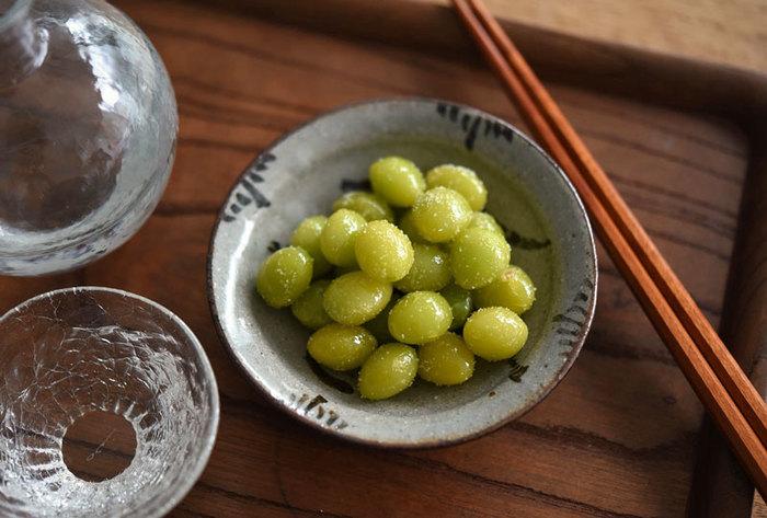 比較的少なめの油であげることができる銀杏。トンカチを使って殻を割り、薄皮がついたまま素揚げするとあら不思議。自然と薄皮が剥がれます。塩をまぶして一口含むと独自の苦味が癖になる美味しさ。日本酒の滑らかな甘みと相まって銀杏もお酒も止まらなくなりそう。