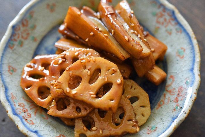 切り方によって食感とみためで楽しめる「レンコンのきんぴら」レシピ。日持ちするので作っておくと便利です。甘辛い味付けなので、これだけでご飯がススム美味しいレシピです。