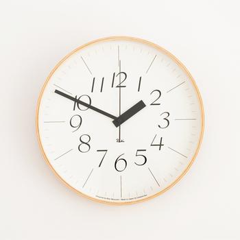 このリキクロックのポイントは、電波時計であること。1日12回電波を受信し、自ら時間の誤差を修正する機能を持っているので、どんな時にでも、正確な時刻を確認することができ、安心感があります。  また、文字のデザインは、繊細なデザインの0312と、力強いデザインの0401の2種類用意され、 共に、バリアフリーの考えをもとに、見やすさに配慮した文字の配置となっています。