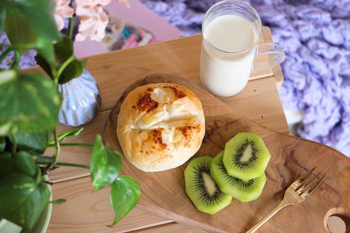 朝ごはんにはどんなパンを召し上がっていますか? スーパーで定番の食パンを買ったり、ときにはパン屋さんでごほうびパンを買ったり。おいしいパンが待っていると思うと、朝起きるのが楽しみになりますよね。栄養をまるごと摂れるスムージーや体を温めるドリンクをプラスすれば、一日を元気にスタートできますよ。