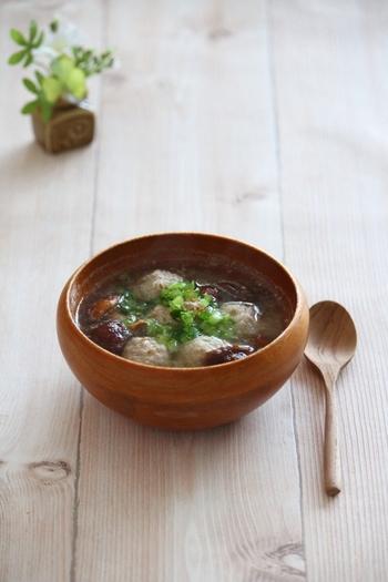もう一品プラスしたいのが、体を芯から温めてくれる「生姜鶏団子とカブのみそれスープ」。さばの味噌煮で味噌は使っているので、味噌汁ではなく和風のスープ系をチョイス。旬のカブは消化酵素のジアスターゼを豊富に含んでおり、すりおろすことで丸ごと美味しくさらっといただけます。ちょっと疲れが溜まって食欲がないときはこのスープにご飯を入れて雑炊風にしても良いですね。