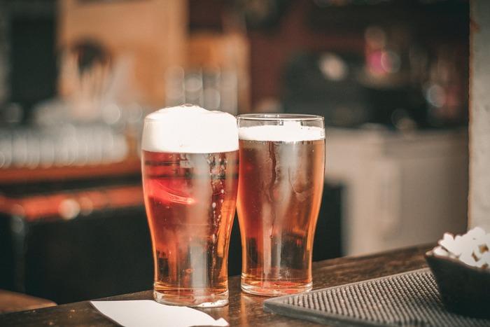 最近ではオーガニックビールやペールエールやラガービールなど、種類や味もとっても豊富に販売されるようになったビール。 ビールに合うおつまみはやはりカラッと揚げた揚げ物や、塩味がしっかりきいたおつまみですよね。缶をプシュッと開けたら美味しく飲める、秋の夜更けとビールと共に楽しむ簡単おいしいおつまみレシピをご紹介したいと思います。