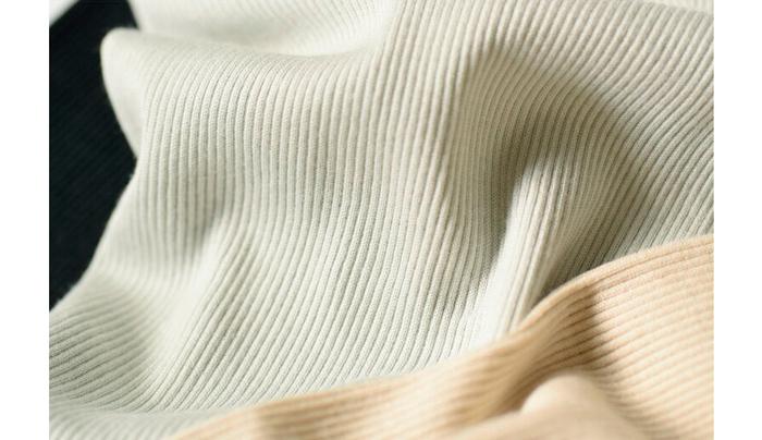 細くやわらかなスーピマコットンを編みたてたオリジナルのテレコ素材は身に着けていることを忘れそうなほど素肌に優しく馴染みます。脇に縫い目がないシームレス設計やウエスト部分がゴムを使わず伸縮する仕様など、快適に日々を過ごす工夫が施されています。