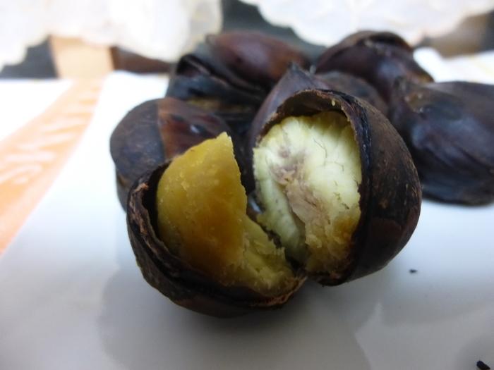 9月下旬〜11月下旬頃までは、「いわまの栗 焼き栗」も味わえます。収穫後、約1か月低温熟成させ高圧窯で焼き上げた栗は、自然な甘みを味わえます。他にも、数種類のモンブランや「栗薫ソフト」、「和栗パイ」などテイクアウトメニューもおすすめですよ。