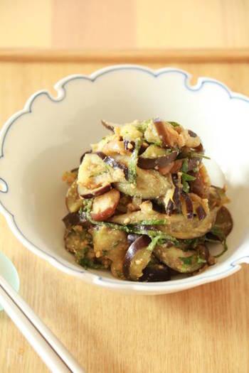 さっと茹でたナスを味噌やお砂糖、そしてごまで和えた簡単レシピ。このレシピは日本酒にも合いますよ。大葉をたっぷり加えて召し上がれ。お好みでミョウガやネギを入れても美味しそう!