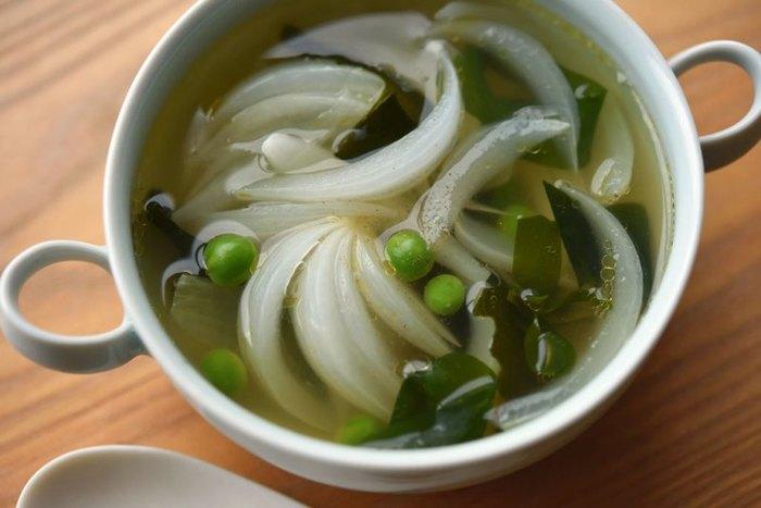 新玉ねぎをメインに、わかめやグリーンピースを加えて、かつおだしでぐつぐつ煮たスープです。和風でさっぱりと食べられますよ。