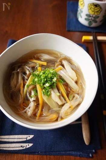 きのこがたっぷりのスープは、秋冬におすすめ。食物繊維が豊富でヘルシーです。春雨も入っていて満足感もありますよ。