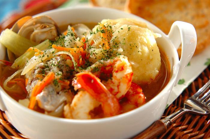 魚やエビ、ハマグリがゴロゴロと入ったボリュームたっぷりのスープ。魚貝のおいしいエキスがしっかりと出ます。見た目も華やかなので、おもてなしにもおすすめ。