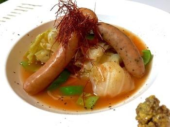 ソーセージや野菜がたっぷり入ったスープ。糸唐辛子を加えると、ほんのりと辛味が感じられます。