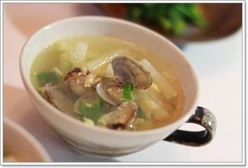 あさりの出汁がおいしいスープ。にんにくの風味もしっかりときいています。