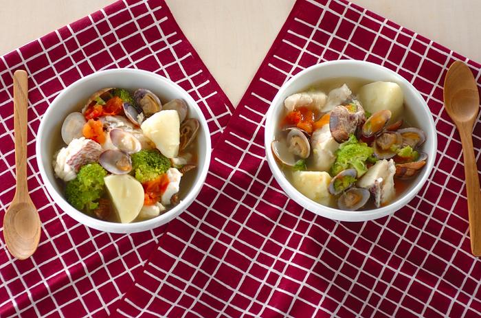 白身魚とアサリが入った具だくさんのスープ。サフランが決め手です。いろんな魚介や野菜をゴロゴロ入れて。