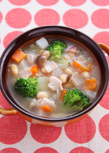 大豆、キャベツ、玉ねぎ、にんじん、かぶ、しめじ、ブロッコリーの他に、ベーコンと鶏ささみまで入った具だくさんで大満足のコンソメスープは、これだけでおかずとしていただけそう。さらに残ったスープにご飯を入れてリゾットにして翌朝いただくのも◎。