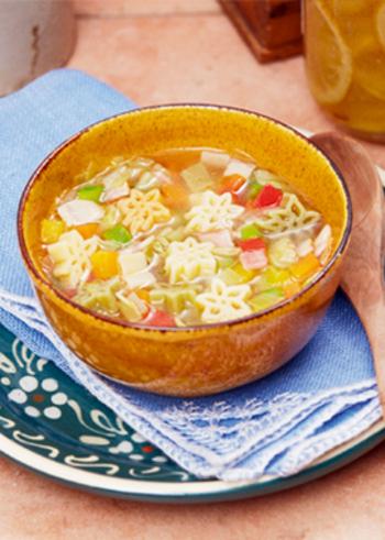 同じく、ベーコン、にんじん、キャベツ、玉ねぎ、赤、黄パプリカ、グリーンアスパラガスなど、野菜いっぱいのコンソメスープのショートパスタも見た目も華やかで栄養たっぷり。可愛らしいかたちのショートパスタは、子ども達の集まりのレシピにも良いかも。