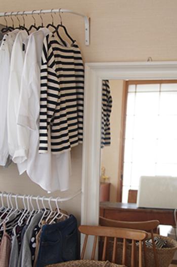 洗濯物を干すときに、しっかりとしたクローゼット用のハンガーに吊るすようにして干せば、取り込んだ後、ハンガーにかけたまま、クローゼットにしまうという処理が可能になります。いちいちハンガーをはずしてたたむというのは案外、手間なんですよね。