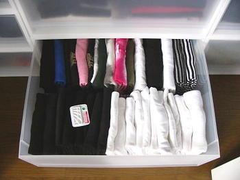 もちろん、Tシャツやカットソーなどたたんだ方がコンパクトになるものはたたんでも大丈夫。でも、Tシャツなどをたたむときは、手早くたためる技などを動画で見たりして、たたみ方のポイントを知っておくようにするといいですね。手早く、いつも同じかたちにたためるようになれば、しめたものです。