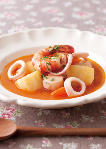 ほたて貝柱、えび、するめいか、カニ缶、玉ねぎ、セロリ、ジャガイモ、にんじんで作る具だくさんの、たっぷり野菜のブイヤベース風スープ。味、栄養、見た目、どれも◎な、おもてなしにもしっかり使える贅沢なスープです。