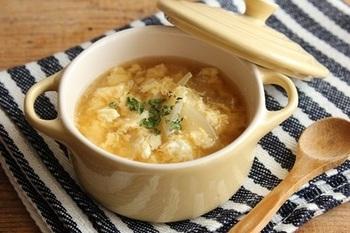 玉ねぎと卵、コンソメがあれば手早く作れる卵と玉ねぎのコンソメスープ。洋食だけでなく和食や中華にもよく合うので、朝食、昼食、そして夕食に汁物を添えたいときに覚えておくと役立ってくれます。
