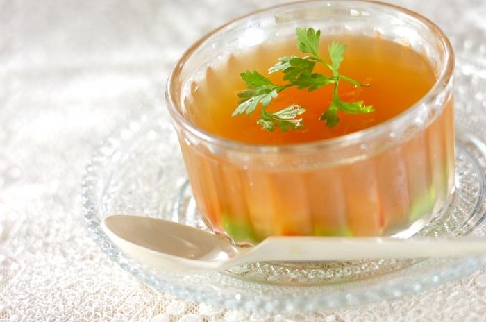 コンソメスープで作るコンソメ・ジュレ・スープは、見た目も美しくおもてなしにも使えそう。カラフルな野菜を入れたり、枝豆やエビなどを入れるとより見た目がアップし食卓が華やかに♪