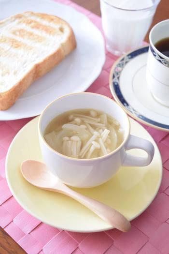えのきだけと玉ねぎで作るシンプルながら味わい深いえのきだけのコンソメスープは、和食、洋食、中華など、どんなメニューに添えても合う万能スープなので、あと一品欲しいときに重宝します。