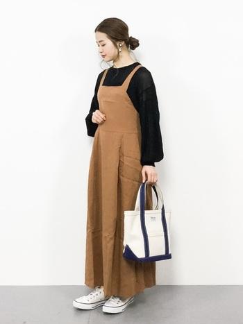 同じデザインのワンピでも、キャメルを選ぶと雰囲気ががらりと変わります。透け感のあるセーターは、秋口のコーデにおすすめのアイテム。靴やバッグの組み合わせ方で、さらに違う雰囲気も楽しめそうですね。