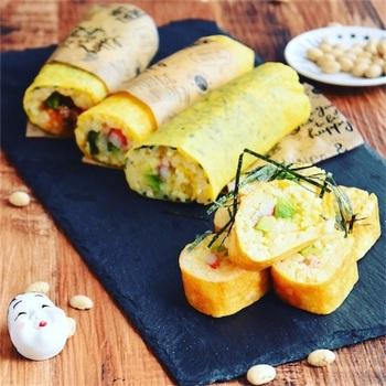 卵焼き器で薄焼き卵を焼き、そのまま酢飯を巻いて巻き寿司に!これなら巻きすもいらず、見た目もオシャレですね。温かいまま食べるので、チーズを巻いた洋風もおすすめです。