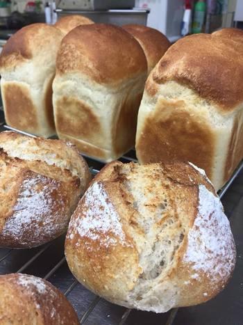 農園のハーブをたっぷりと生地に混ぜ込んだ、天然酵母のパンです。厳選したシンプルな材料で作られたパンは、しっかり噛み締めるほど小麦の味とハーブの香りが広がります。  (※現在販売を行っておりません。再開はいまのところ未定。)