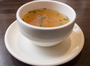 澄んだ褐色色をしたシンプルな見た目ながら、素材のもつうま味がいっぱい引き出されている味わい深いスープです。