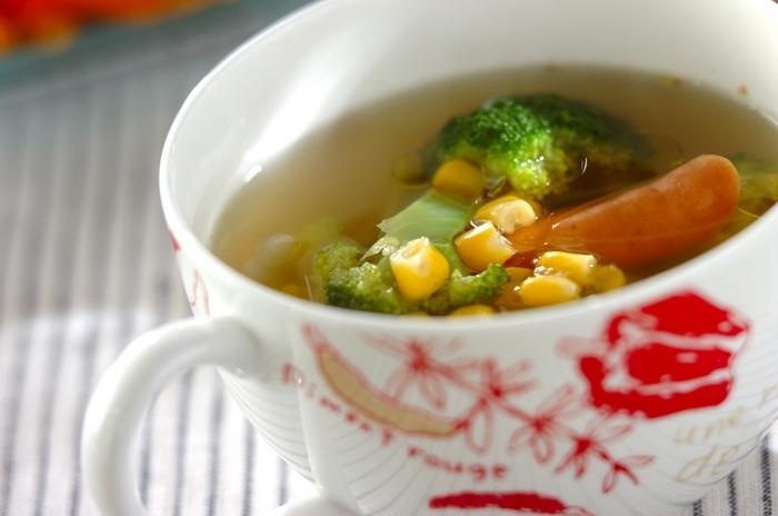 ブロッコリー、ソーセージ、玉ねぎ、水煮コーンで作るコンソメスープ。ブロッコリーの緑とコーンの黄色が鮮やかで、ソーセージ野菜との相性もバッチリのスープは、ブロッコリーが苦手な子どもでも美味しくいただけるかも。