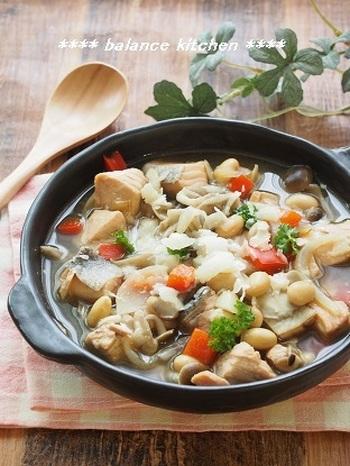 生鮭と、舞茸、しめじ、大豆、玉ねぎ、パプリカの、鮭と野菜のうまみがたっぷりの和風コンソメスープは、最後に薄く削ったパルミジャーノレッジャーノをかけることで、よりコクがでて美味しくいただけます。