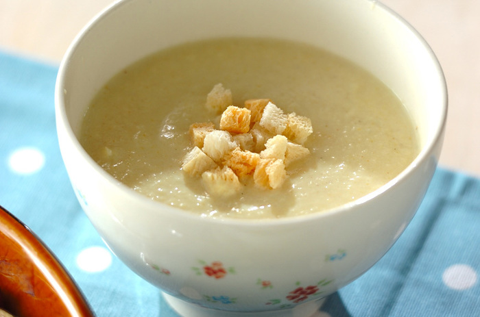 キャベツと玉ねぎを煮た汁に顆粒スープの素とカレー粉、豆腐を入れてミキサーにかけ、再び鍋で煮て作るキャベツの豆腐カレースープ。カレーの風味が食欲をそそる喉越しもなめらかなやさしいスープは、心も身体もあったまりそう。